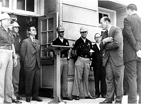 George wallace blocking the schoolhouse door